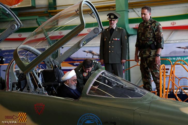 Az iráni elnöki hivatal által közreadott kép Haszan Róháni iráni elnökről (b) és Amir Hatami védelmi miniszterről a teljes egészében hazai gyártású, többféle fegyverrel felszerelhető vadászrepülőgép, a Kovszar bemutatóján Teheránban 2018. augusztus 21-én.