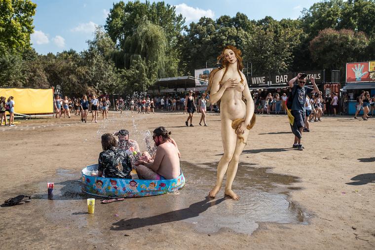 A régi idők szexszimbóluma, Boticelli Vénusza tompítja a medencében üldögélő tengeri istenek kecsességét
