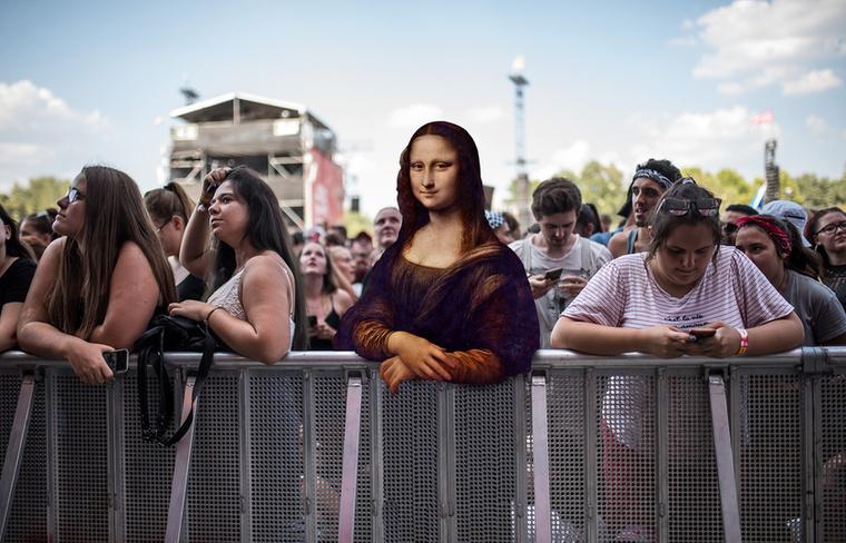Mona Lisa kezéből csak a mobiltelefon hiányzik, hogy teljesen elvegyüljön a Nagyszínpad előtti álldogálás közben a koncertre várókkal