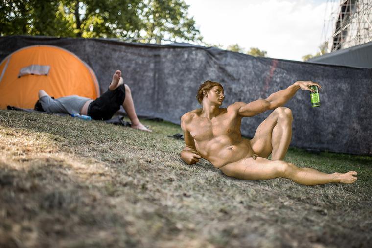 A fotós srác Ádámot is kölcsönkérte a Sixtus-kápolna mennyezetéről, így született meg a hidegkomlóst ivó Ádám teremtése remake