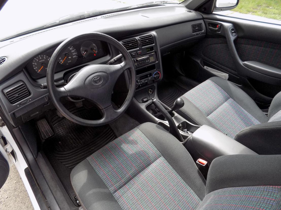 Még a szaga is olyan a beltérnek, mintha a szalonban állna az autó. A középkonzol kicsit a vezető felé fordul. A középső könyöklő kicsit alacsonyan van, de bőségesen lehet bele pakolni
