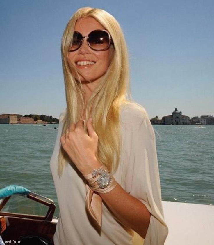 A lényeg, hogy ahogy mindenki, úgy Claudia Schiffer is öregszik, de ember legyen a talpán, aki ezt azonnal ki is szúrja, ha ránéz