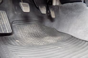 Gyári gumiszőnyeg, ilyet sem látni Carinákban már soha. Nem kapni hozzá utángyártottat sem, viszont az Avensishez igen, azt szokás venni