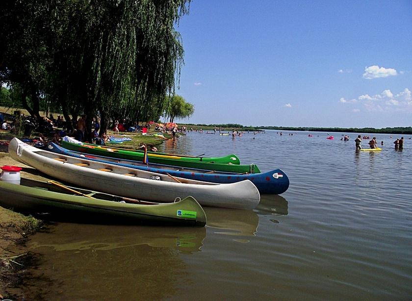 A poroszlói szabad strandon zöld környezetben pancsolhat az ember, de büfé és csónakkölcsönzők is várják az aktív pihenésre vágyókat.