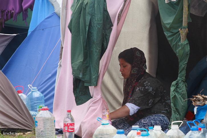 Menekült nő a röszkei tranzitzónában 2016-ban