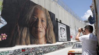 Börtönre ítélték az izraeli katonákat megpofozó palesztin lány bátyját