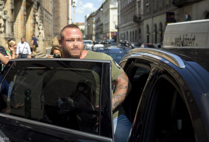 M. Richárd beszáll egy gépjármûbe a Budai Központi Kerületi Bíróság Fõ utcai épületénél 2017. augusztus 21-én.