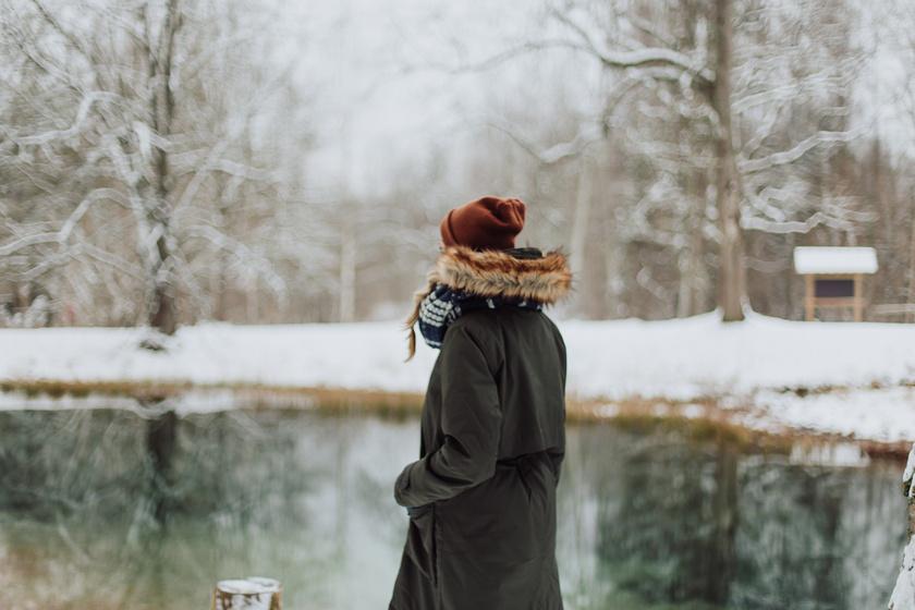 nő tél séta kint hó (1)