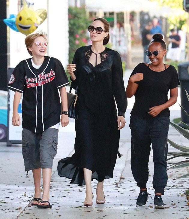 Angelina Jolie a minap együtt shoppingolt a 13 éves Zaharával és a 12 éves Shiloh-val.