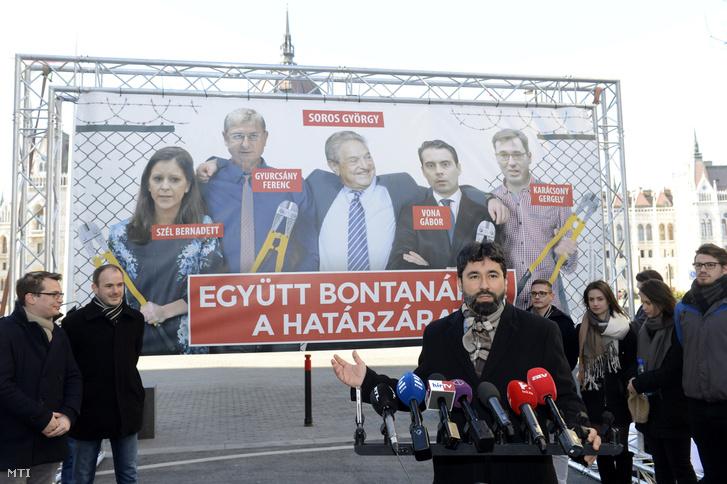 Leleplezik a Fidesz plakátját amelyet Hidvéghi Balázs a párt kommunikációs igazgatója Az ellenzék lebontaná a határzárat címmel tartott sajtótájékoztatón mutatott be Budapesten az Alkotmány utcában 2018. január 30-án
