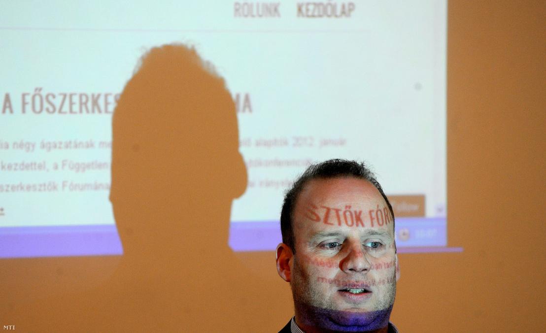 György Bence - korábban a TV2 hírműsorainak vezető szerkesztője, majd az Origo főszerkesztője - 2012-ben a Főszerkesztők Fórumának megalakulásának bejelentésén, ahol a hírmédia négy ágazatának meghatározó szereplő közös etikai irányelveket fogadtak el