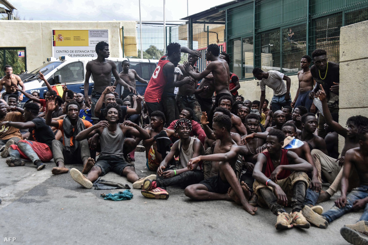 Menekültek az Ideiglenes Befogadóközpont előtt Ceutában, 2018. augusztus 22-én