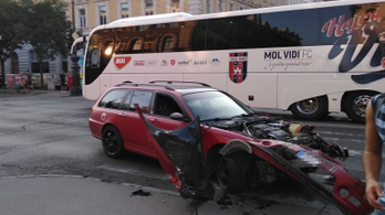 Felborult egy teherautó az Andrássy úton