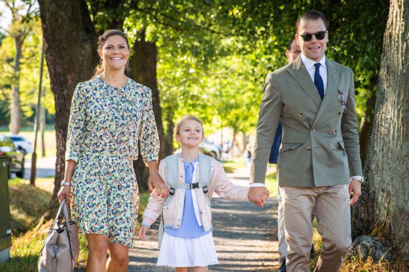A tündéri Estelle hercegnőt szülei, Viktória és Daniel kísérték iskolába.