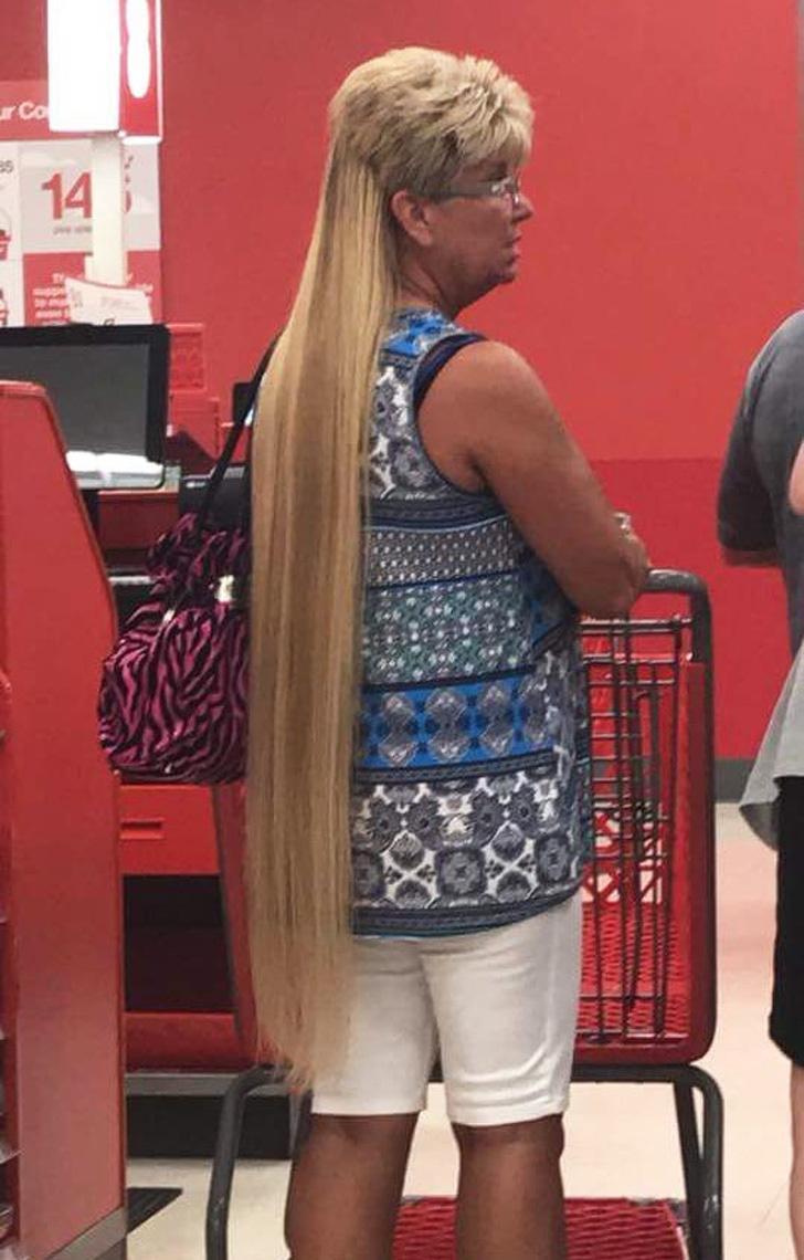 Nem tudta eldönteni, hogy hosszú vagy rövid hajat akar, így hát mindkettő lett egyszerre.