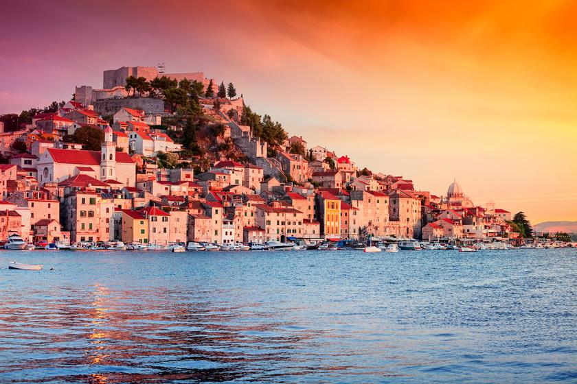 Šibenik városa a Krka-folyó széles torkolatában, a Šibeniki-öböl partján fekszik, a környékbeli szigetek fontos kikötővárosának számít.
