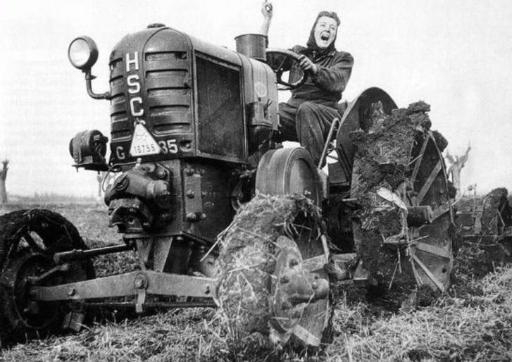 Hölgy a traktoron