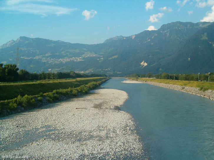 Liechtenstein látképe a Saargans (Svájc) és Balzers (Liechtenstein) közti Rajna-hídról