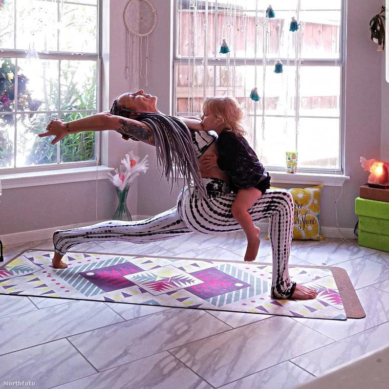 És Benear hozzáteszi, hogy természetesen nem kizárólag jógázás közben szoptat, hanem normális pózokban is, pl