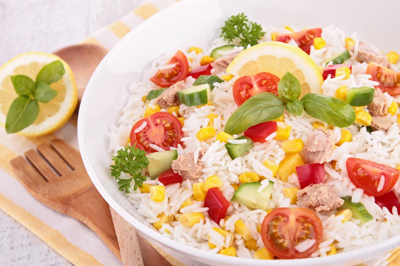 Zöldséges, tonhalas rizssaláta pofonegyszerűen: hidegen is kitűnő