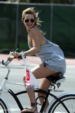 Kate Hudson a biciklin