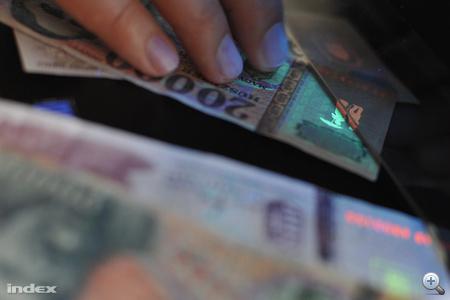 Így lesz a zöldből piros a valódi bankjegyen