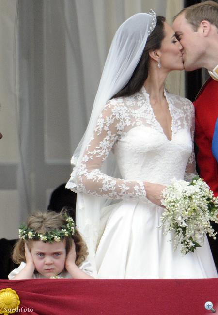 Az első csók történelmi pillanata, de a bal alsó sarokban ott van...