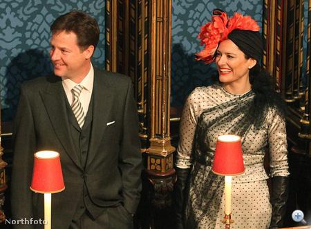 Középen Nick Clegg brit miniszerelnök-helyettes, tőle jobbra a piros fejdíszben felesége, Miriam