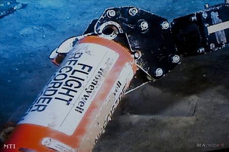 """A légi baleseteket vizsgáló francia BEA hivatal közleménye szerint a doboz """"jó fizikai állapotban"""" van, így van remény arra, hogy értékes adatok nyerhetők ki belőle."""