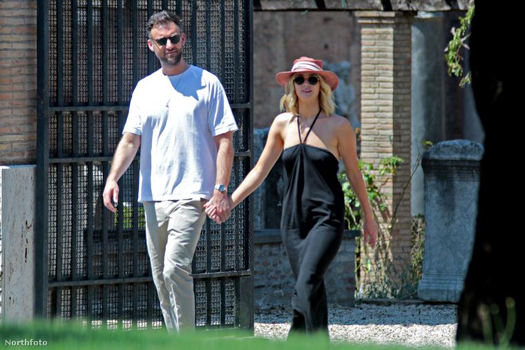 Ha véletlenül lemaradt volna a nagy hírről: Jennifer Lawrence-nek június óta új pasija van, a képen is látható Cooke Maroney, aki nem egy híresség, hanem egy New York-i galéria tulajdonosa.A pár az elmúlt hetekben Európában nyaralgatott