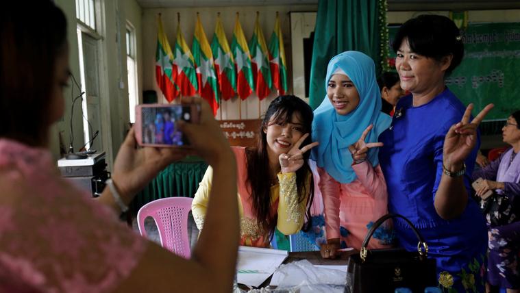 A szempillaspirál is politika Mianmarban