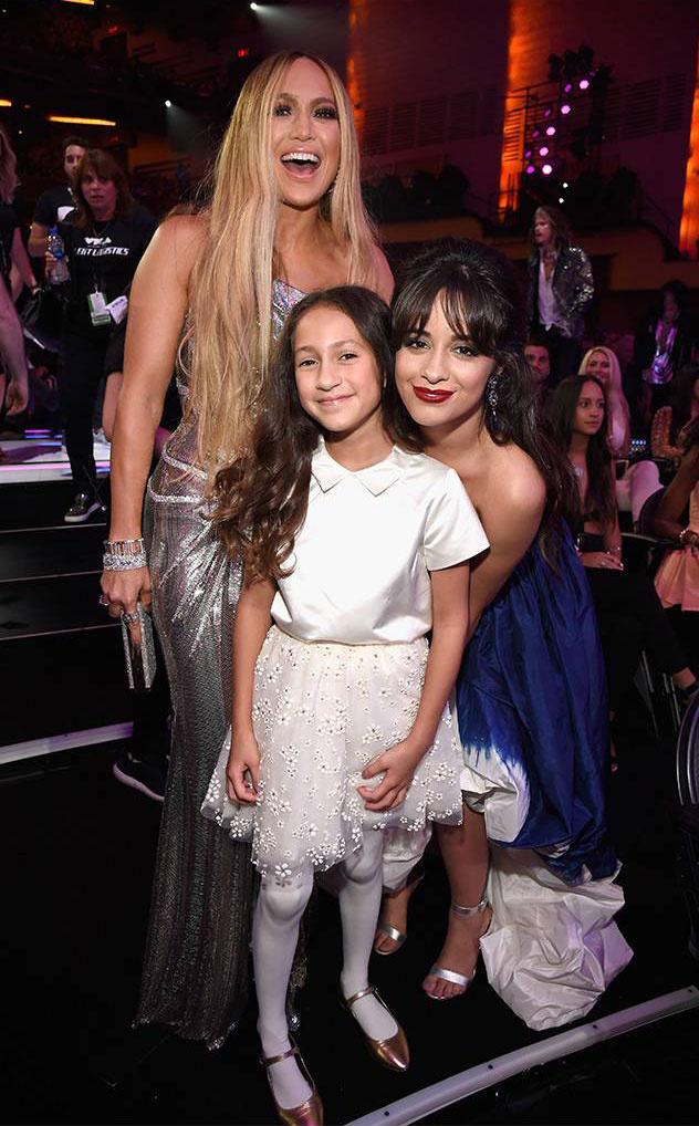 Jennifer Lopez a hétfőn megtartott MTV Video Music Awards gálára kislányát, Emme-t is elvitte. Még Camilla Cabello énekesnővel is pózoltak együtt.