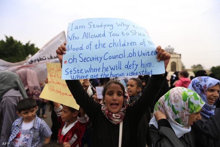 Jemeni gyerekek tiltakoznak a szaúdi légicsapások ellen, 2018. augusztus 12-én.