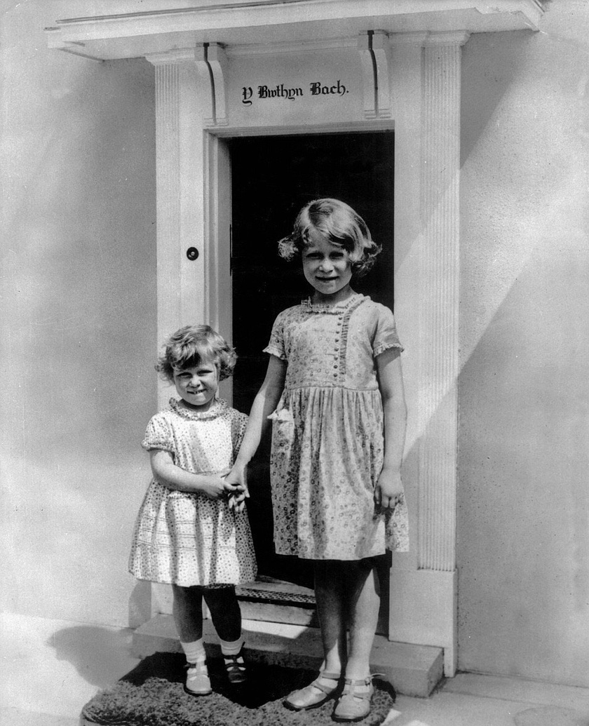 II. Erzsébet imádott sok időt tölteni húgával, Margittal. A játszóházuk előtt örökítette itt meg őket a fotós.