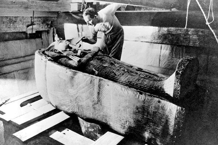 Howard Carter a szarkofág tisztítása közben.