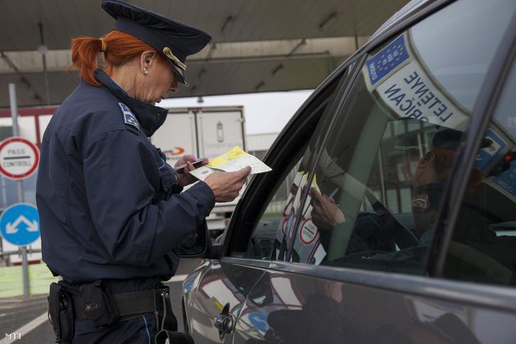 Egy autós úti okmányait ellenőrzik a letenyei magyar-horvát határátkelőnél 2017. április 7-én.