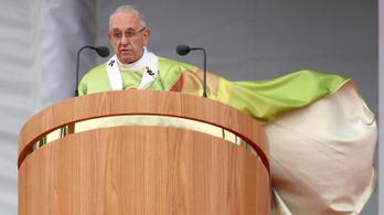 Nem reagál Ferenc pápa a lemondását követelőkre