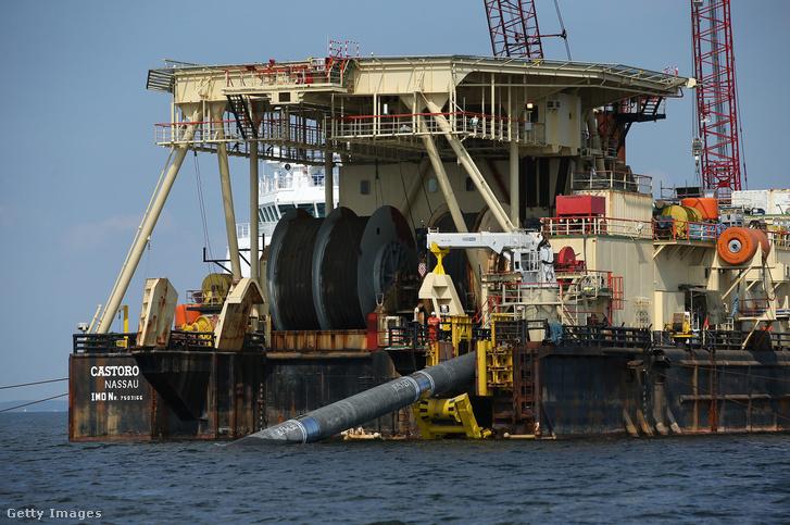 Lubmin Németország közelében 2018. augusztus 16-án, az Északi Áramlat 2 gázvezetékét helyezik a Balti-tenger tengerfenékre.