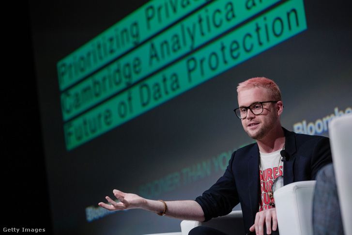 Christopher Wylie korábbi alkalmazottja a Cambridge Analytica-nak beszél a Bloomberg technológiai konferenciáján Párizsban, Franciaországban 2018 május 23-án