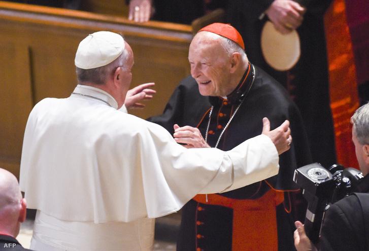 Ferenc pápa Theodore McCarricket készül megölelni 2015. szeptember 23.-án a washingtoni Szent Máté Apostol székesegyházban