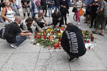 Virágokkal és mécsesekkel tisztelegnek a kelet-németországi Chemnitzben két nappal ezelõtt történt gyilkosság áldozata elõtt 2018. augusztus 27-én.