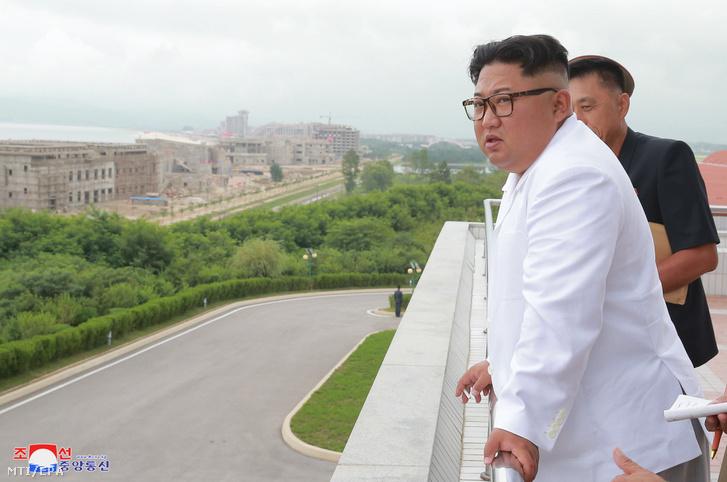 2018. augusztus 17-én közreadott, dátummegjelölés nélküli képen Kim Dzsong Un elsőszámú észak-koreai vezető, a Koreai Munkapárt első titkára látogatást tesz az épülő Vonszan-Kalma turistakomplexumban.