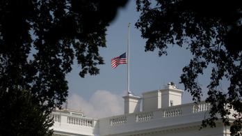 Trump két nap után engedett, félárbócra eresztette a Fehér Ház zászlóját