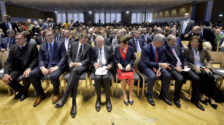 Balról jobbra: Guenther Platter tiroli kormányzó, Aleksandar Vucic szerb köztársasági elnök, Borut Pahor szlovén államfő, Alexander Van der Bellen oszták szövetségi elnök és felesége, Doris Schmidauer, Hashim Thaci koszovói köztársasági elnök, valamint Johannes Hahn és Susanne Riess osztrák politikusok.