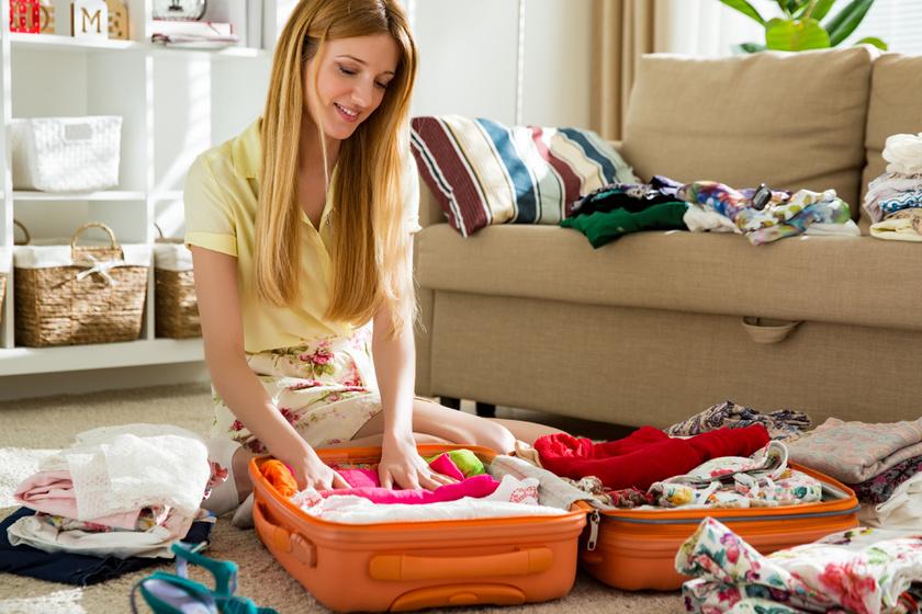 Így nem gyűrődnek meg soha a bőröndben a ruhák: 4 hihetetlenül egyszerű trükk