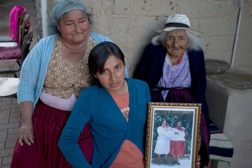 Julia Flores Colque az unokatestvérének leányával, Agustina Bernával és ükunokahúgával, Rosa Lucasszal él Sacabában lévő otthonában.