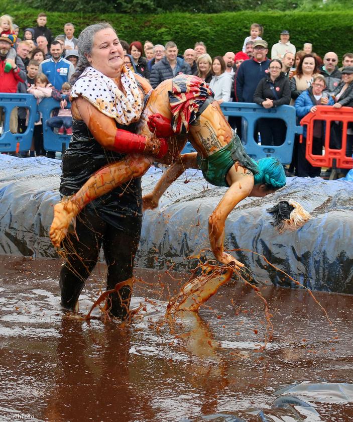 A kecses mozdulatokat követelő sportág szakavatott versenyzőinek 2 percig kellett a sárban dagonyázva birkózniuk.