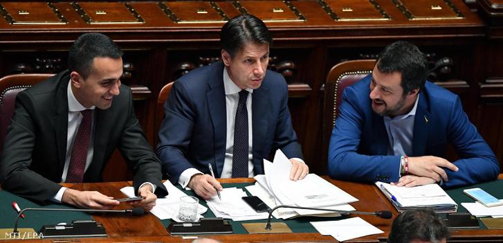 Luigi Di Maio munkaügyi miniszter Giuseppe Conte új miniszterelnök és Matteo Salvini belügyminiszter (b-j) az olasz kormány programjáról tartandó alsóházi bizalmi szavazás elõtt a római parlamentben 2018. június 6-én.