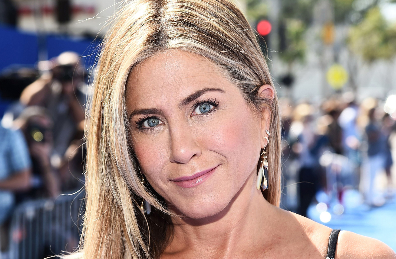 jennifer-aniston-viragos-ruha-cover