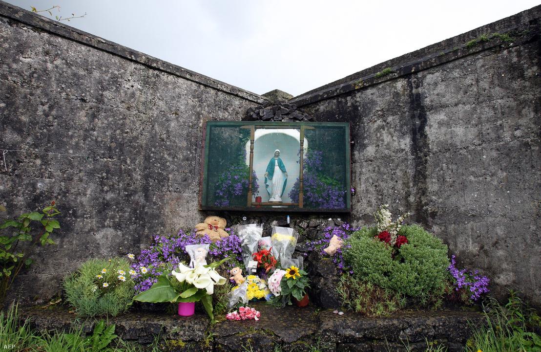 A gyermektömegsírnak emléket állító oltár az írországi Tuamban